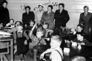 10. April 1956 - vorne: Hans-Jörgen, Jürgen und Renate, dahinter: Thies und Uwe, hinten links: Ursula, vorne links: Norbert