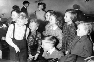 10. April 1956 - Uwe, Jürgen, Hans-Jörgen, Dagmar, Marianne, hinten: Thies