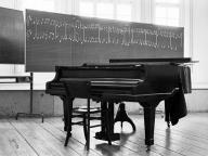 Klaus-Harms-Schule - Flügel in der Aula - Foto: Manfred Rakoschek (1967)