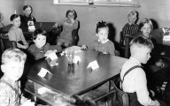 10. April 1956 - am Tisch: Hans-Jörgen, Renate, Regina und Jürgen, links: Volker, hinten rechts: Detlef und Marianne