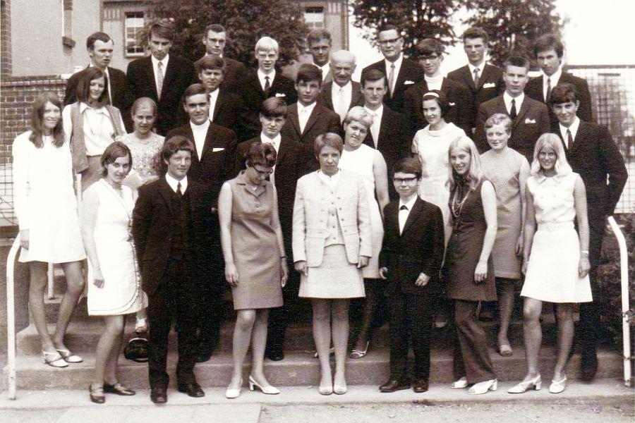 Klassenfoto vom 14. Juni 1969 mit Herrn Krassow (OIs) und Herrn Dr. Buhtz (OIm)