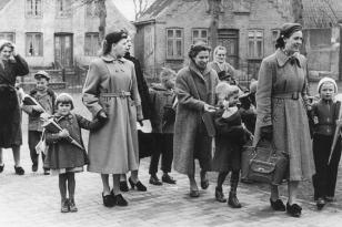 10. April 1956 - links: Axel, rechts: Wolfgang, 2. von rechts: Dagmar