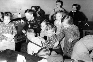 10. April 1956 - Margitta, Jürgen, Volker, Hans-Jörgen, Dagmar, Marianne, hinten: Thies