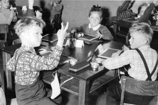 10. April 1956 - am Tisch (im Uhrzeigersinn): Hans-Jörgen, Renate, Regina und Jürgen