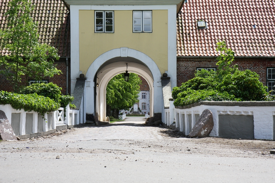 Gut Damp - Torhaus (Blick auf das Gut)  - Foto: Holger Petersen (2009)