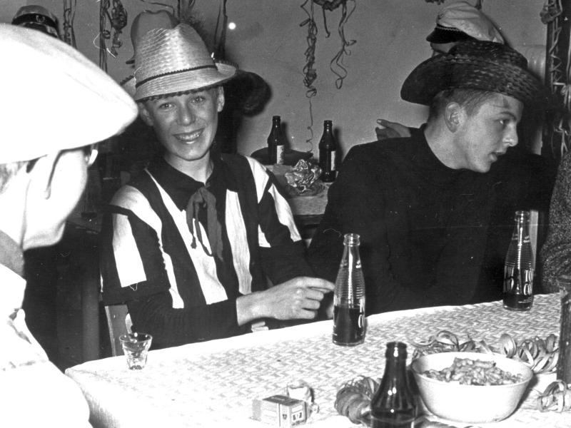 """Klassenfest 1964 - """"Da albere ich mit Hans-Christian Iversen rum. Rechts Jürgen Dehncke."""""""