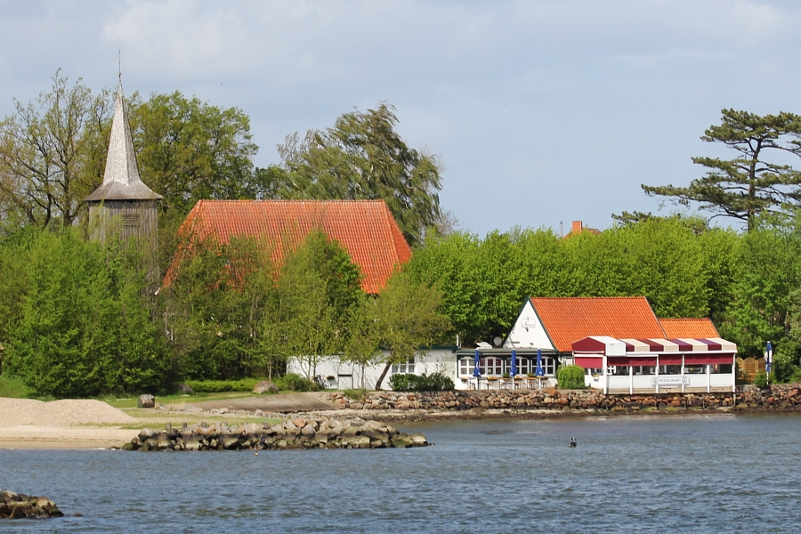 Arnis - Schifferkirche und Strandhalle - Foto: Holger Petersen (2012)