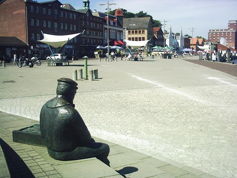"""Kappeln - Bronzeskulptur """"Sitzender Fischer"""" - Foto: Dirk H. Rahn (2012)"""