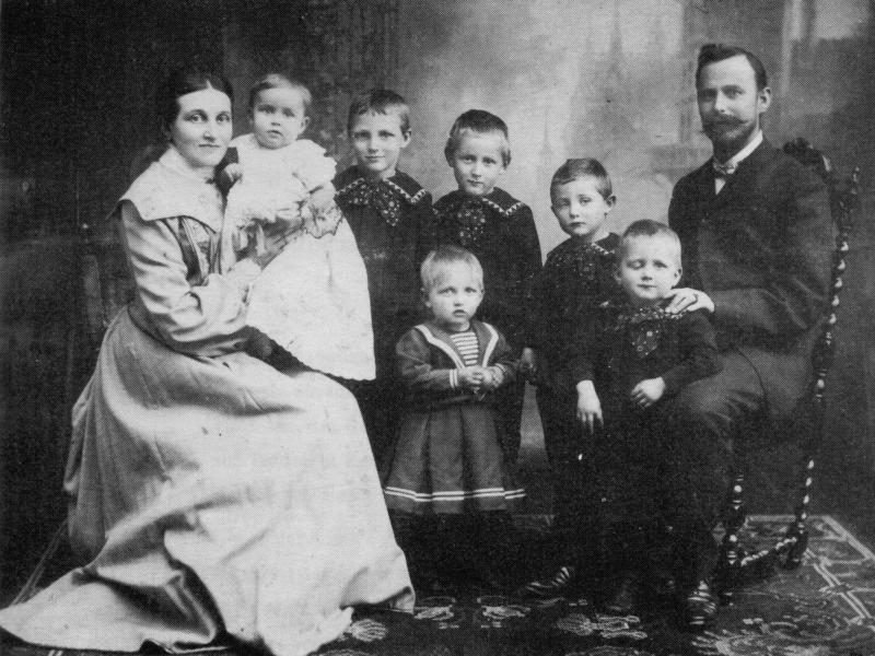 Bilderrätsel Nr. 309 - Rektor Thomsen mit Famile (1905)