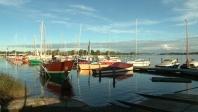 © NDR, honorarfrei - In der kleinen Marina vor der Werfthalle liegen im Sommer wertvolle Holzschiffe.