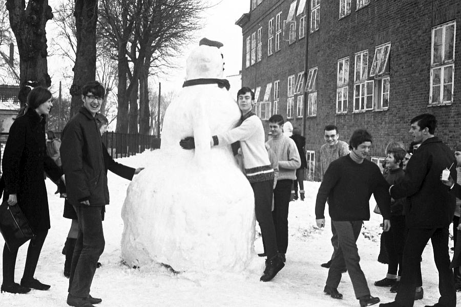 Klaus-Harms-Schule - Schneefrau 1969 - Foto: Manfred Rakoschek